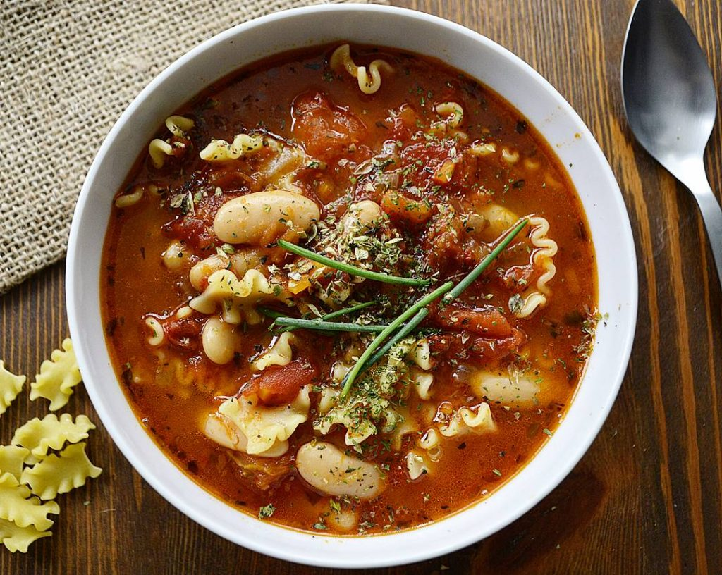 Sopa de tomate y pasta
